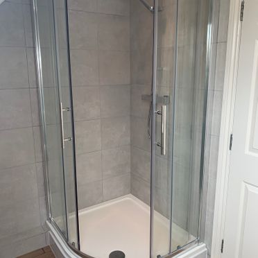 1000 x 900 Volente Offset Quadrant Cubicle & Tray; Vado TE Thermostatic Shower