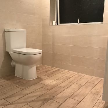Lecico Designer 6 Toilet, with a Natural Wood Almond Floor Tile